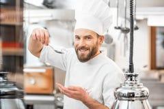 Cuisinier de chef à la cuisine photo stock