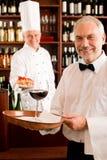 Cuisinier de chef avec des tapas sur le restaurant de plateau Photos libres de droits