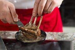 Cuisinier de chef de préparation alimentaire dans la cuisine avec la casserole au-dessus du fourneau faisant le chef fou de flamb Image libre de droits
