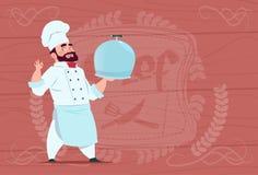 Cuisinier de chef Holding Tray With Dish Smiling Cartoon dans l'uniforme blanc de restaurant au-dessus du fond texturisé en bois Images libres de droits