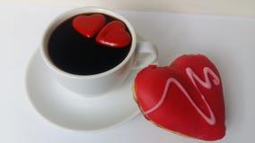 Cuisinier de noir de café faisant cuire la nourriture blanche de crème anglaise de boulangerie de beignet d'amoureux d'amour de n Photos libres de droits