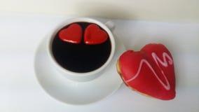 Cuisinier de noir de café faisant cuire la nourriture blanche de crème anglaise de boulangerie de beignet d'amoureux d'amour de n Photo stock