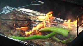 Cuisinier de viande sur le barbecue clips vidéos