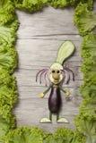 Cuisinier drôle fait avec des légumes sur le conseil en bois photo libre de droits