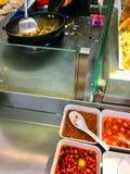 Cuisinier féminin préparant la nourriture dans la cuisine de restaurant photos libres de droits