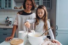Cuisinier heureux de famille ensemble dans la cuisine Images stock