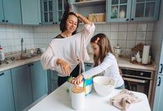 Cuisinier heureux de famille ensemble dans la cuisine Image stock