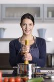 Cuisinier heureux de jeunes préparant les spaghetti italiens Photographie stock libre de droits