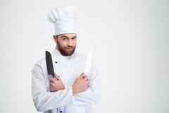 Cuisinier masculin de chef tenant des couteaux Photos libres de droits