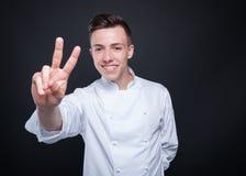 Cuisinier masculin gai prenant deux ordres Photographie stock
