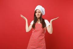 Cuisinier ou boulanger féminin de chef de femme au foyer dans le tablier rayé, T-shirt blanc, chapeau de chefs de toque d'isoleme photographie stock