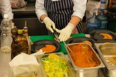 Cuisinier Preparing Plates dans la cuisine de restaurant Images libres de droits
