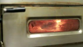 Cuisinier Pulls une pizza hors du four. banque de vidéos