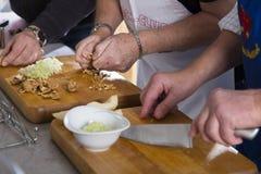 Cuisiniers coupant des ingrédients Image libre de droits