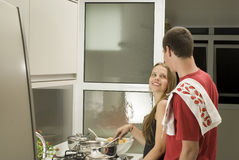 Cuisiniers de couples dans la cuisine - horizontale Photos stock