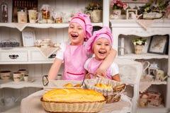 Cuisiniers de jeunes avec des tartes Photo libre de droits