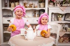 Cuisiniers de jeunes avec des tartes Photo stock