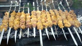 Cuisiniers de viande sur les charbons chauds dans la fumée Pique-nique en nature images libres de droits