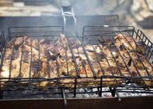 Cuisiniers de viande sur les charbons chauds dans la fumée Pique-nique en nature photo libre de droits