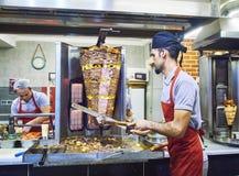 Cuisiniers faisant cuire un chiche-kebab traditionnel de Doner de turc dans une stalle de rue La Turquie Photo libre de droits