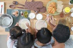 Cuisiniers heureux d'Asiatique de famille dans la cuisine photos stock