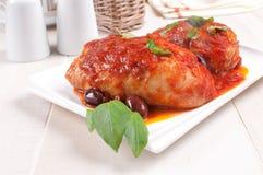 Cuisses de poulet faites sauter avec la tomate et les olives Image stock