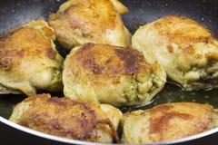 Cuisses de poulet frit dans une cuisse de poêle image libre de droits