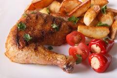 Cuisses grillées de poulet, pommes de terre frites et plan rapproché de légumes Image stock