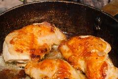 Cuisses grillées de poulet Viande frite savoureuse photos stock