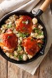 Cuisses savoureuses de poulet frit avec un quinoa et des champignons en gros plan Photos libres de droits