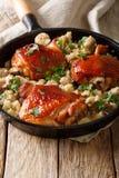 Cuisses savoureuses de poulet frit avec un quinoa et des champignons en gros plan Image stock