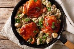 Cuisses savoureuses de poulet frit avec un quinoa et des champignons en gros plan Images libres de droits