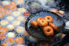 Cuisson à la friteuse du vada de medu dans la casserole Medu Vada est un casse-croûte savoureux de l'Inde du sud, nourriture très Photo stock