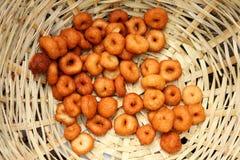 Cuisson à la friteuse du vada de medu dans le panier Medu Vada est un casse-croûte savoureux de l'Inde du sud, nourriture très co Photos libres de droits