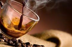 Cuisson à la vapeur de café chaud 'versée dans une tasse Photographie stock libre de droits