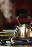 Cuisson à la vapeur de la bouilloire de thé photographie stock libre de droits