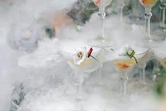 Cuisson à la vapeur de la pyramide des verres pour le champagne image stock