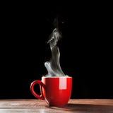 Cuisson à la vapeur de la tasse de café images libres de droits