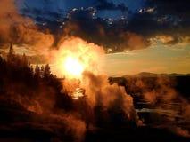 Cuisson à la vapeur de la terre au coucher du soleil de montagne Photos stock