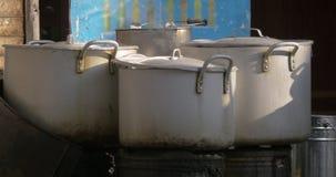 Cuisson à la vapeur faisant cuire des pots dans la rue banque de vidéos