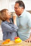 Cuisson aînée de couples Photos stock