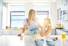 Cuisson affectueuse de mère et de fille dans la cuisine Images stock