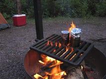 Cuisson au-dessus d'un feu de camp Photos stock