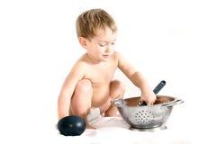 cuisson au-dessus du blanc d'enfant en bas âge photo stock