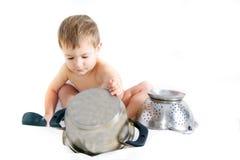 cuisson au-dessus du blanc d'enfant en bas âge photos libres de droits