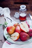 Cuisson avec Bartlett Pears rouge Photographie stock