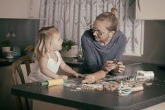 Cuisson avec l'enfant en bas âge Photos libres de droits