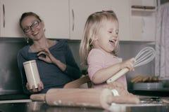 Cuisson avec l'enfant en bas âge Photo stock