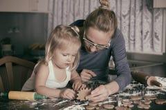 Cuisson avec l'enfant en bas âge Image stock