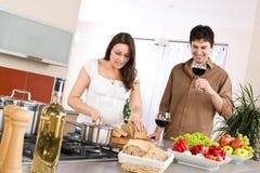 Cuisson - couples heureux ensemble dans la cuisine moderne Photos stock